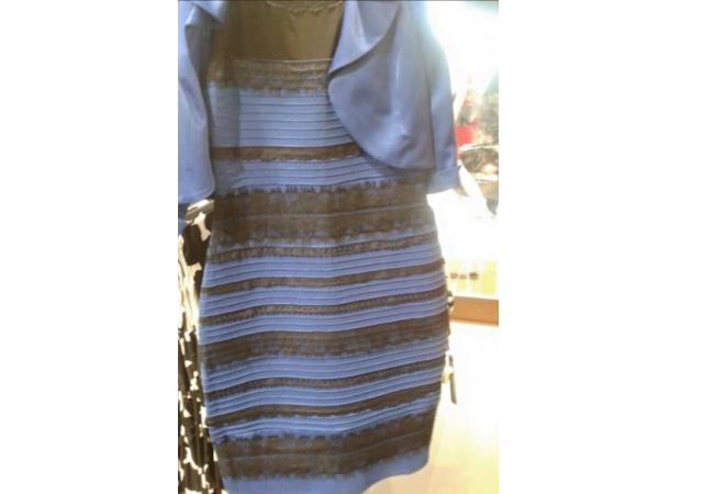 Que color es el vestido blanco y dorado
